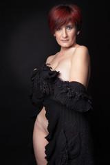 femme rousse nue cachée pull noir