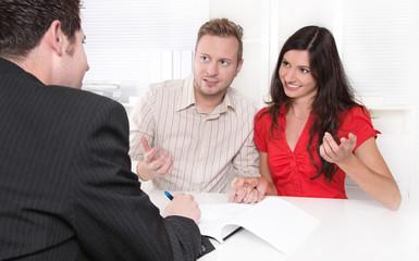 Junges Paar beim Steuerberater in einer Besprechung