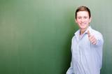 motivierter junger mann zeigt daumen hoch