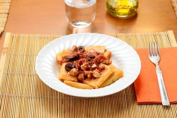 Piatto di pasta mezzemaniche al tonno