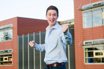 begeisternd jubelnder student