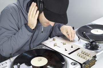 DJ beim Musik machen mit Plattenspieler
