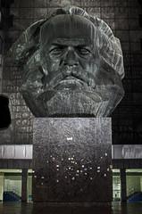 Karl-Marx-Monument in Chemnitz - Nachtaufnahme