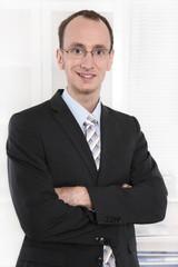 Bewerbungsfoto eines Angestellten in Anzug und Krawatte