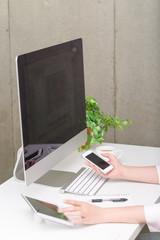 スマートフォンとタブレット端末を使う女性
