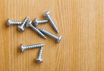 Metallic screws