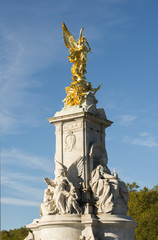 Statue in front of the Buckingham palace