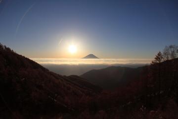 朝日に浮かぶ富士