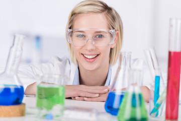 mitarbeiterin mit schutzbrille im labor