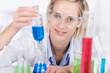 lächelnde junge frau arbeitet im labor