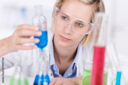 junge frau arbeitet konzentriert im labor