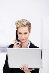 geschäftsfrau mit laptop und telefon