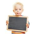 Niedliches Kind hält eine leere Tafel