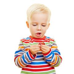Kind nascht Süßigkeiten