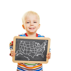 Kind hält Tafel mit Bundesstaaten der USA