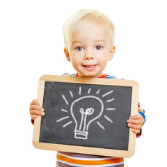 Kind hält Tafel mit Glühbirne