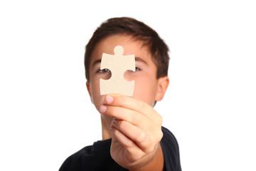 bambino con puzzle