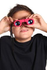 bambino guarda con binocolo