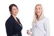 Zwei junge Geschäftsfrauen oder Auszubildende isoliert