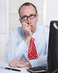 Mann gestresst, genervt und verärgert im Büro