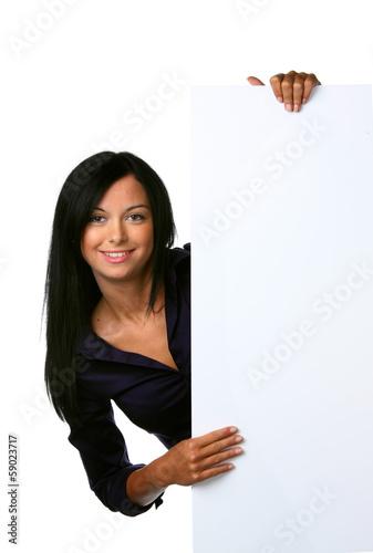 Junge Frau mit leerem Schild