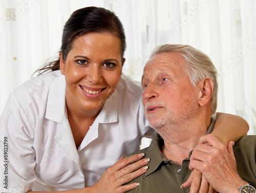 Pflegerin bei Altenpflege von Senioren im Altenhei