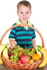 Kleinkind nascht vom Obstkorb