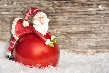 Weihnachtsmann kullert im Schnee