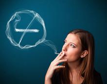 Młoda dama niezdrowe palenie papierosów bez oznak palenia