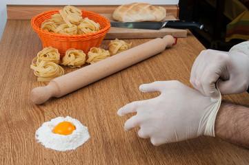 Guanti igienici in cucina per impastare farina e uova