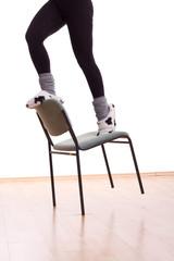 Frau steht auf einem Stuhl