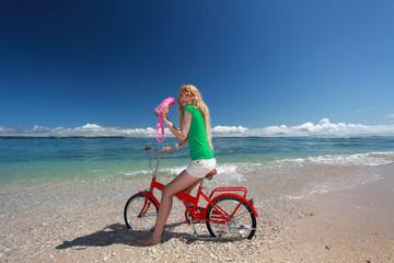 沖縄の美しいビーチで寛ぐ女性