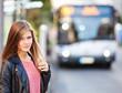 Attraktives Mädchen wartet auf den Bus