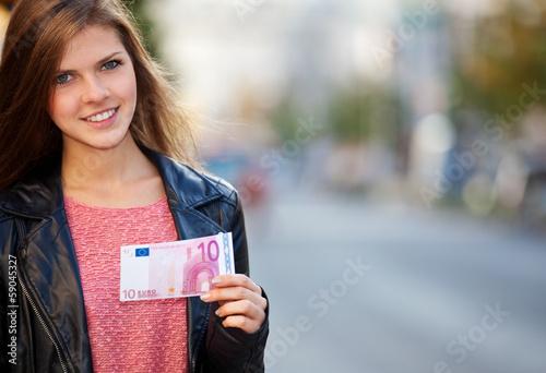 Attraktives Mädchen hält 10 Euro