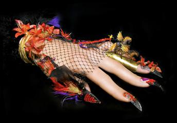 Ногти с лошадями и цветами из акрила.