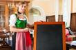 Wirtin in Tracht in bayerischem Restaurant