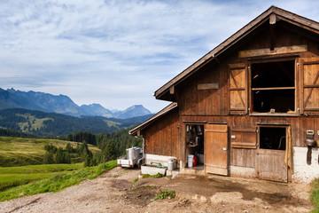 Fattoria, stalla e pascoli, svizzera