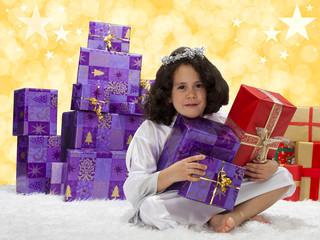 kleiner Engel mit Geschenken