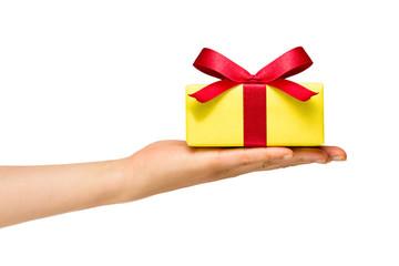 Geschenk mit roter Schleife vor weißem Hintergund