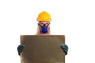 Frau mit Helm und Atemschutz hält ein Schild