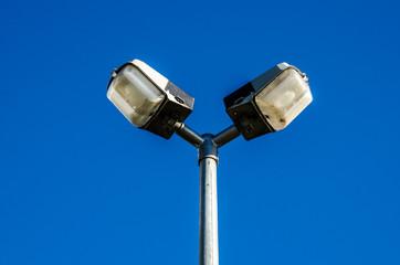 Eine Straßenlampe vor blauem Himmel