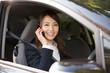車で電話をする女性 ビジネス