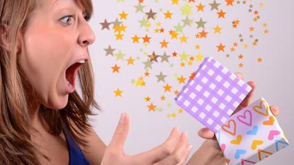 junge frau beim öffnen von geschenk