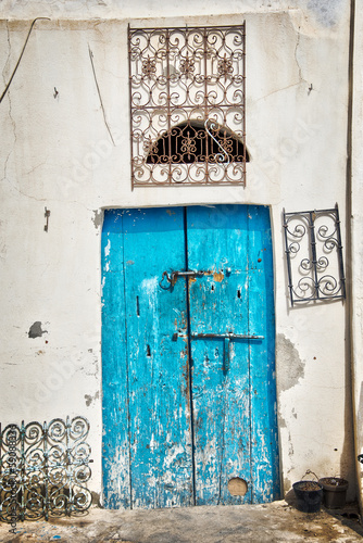 Fotobehang Tunesië Porte bleue dans la médina de Houmt Souk, Djerba - Tunisie