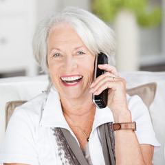 lachende seniorin am telefon