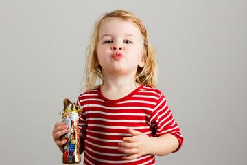 Mädchen isst Schokoladennikolaus