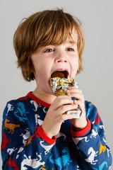 Junge isst Schokonikolaus