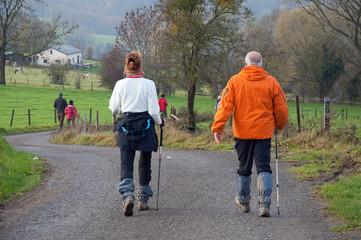 Couple de marcheurs sur les chemins de campagne