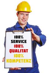 Handwerker macht Werbung auf Klemmbrett
