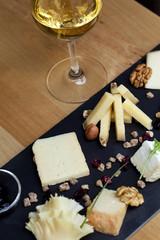 Plateau de fromage et verre de vin blanc